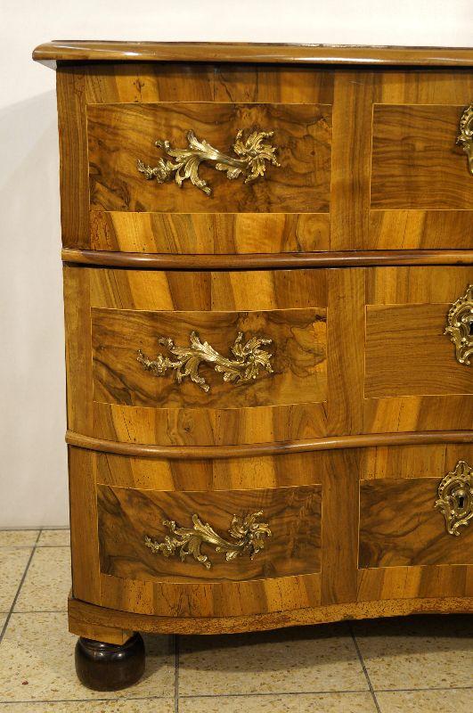 seltene barock kommode um 1740 nussbaum mit reichen beschl gen ebay. Black Bedroom Furniture Sets. Home Design Ideas