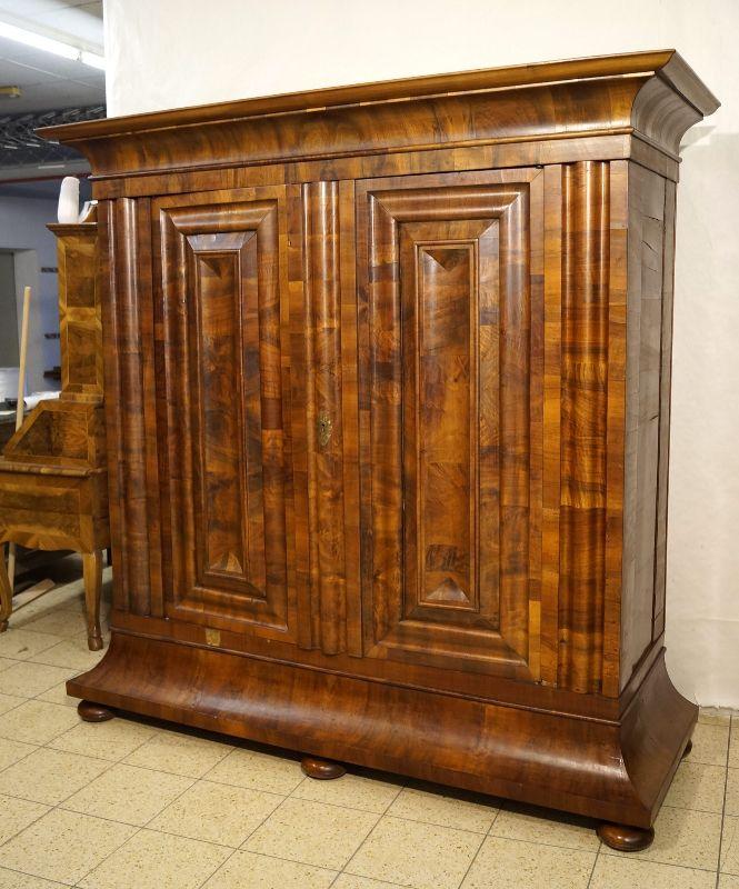 frankfurter wellenschrank barockschrank um 1740 nussbaum querfurniert ebay. Black Bedroom Furniture Sets. Home Design Ideas