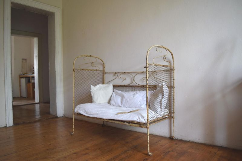 kinderbett metall gitterbett shabby jugendstil antik alt bett wei garten deko ebay. Black Bedroom Furniture Sets. Home Design Ideas