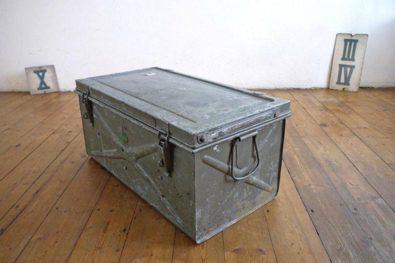 couchtisch gro kiste metallkiste antik armeekiste loft alt metallbox fabrik ebay. Black Bedroom Furniture Sets. Home Design Ideas
