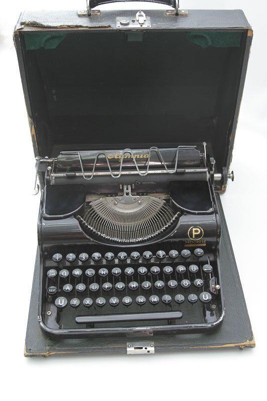 antique machine crire de voyage olympia machine crire d co. Black Bedroom Furniture Sets. Home Design Ideas