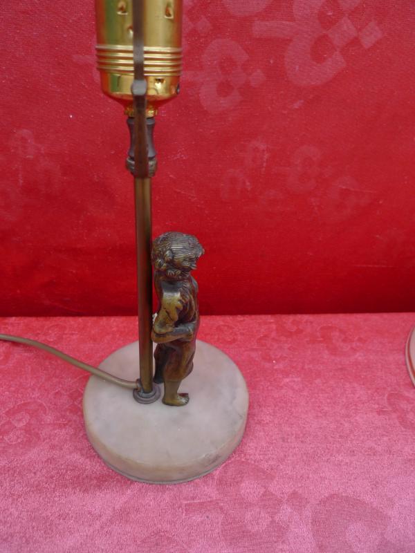 Sch ne alte lampe tischlampe mit bronzefigur junge mit - Lampe jugendzimmer junge ...