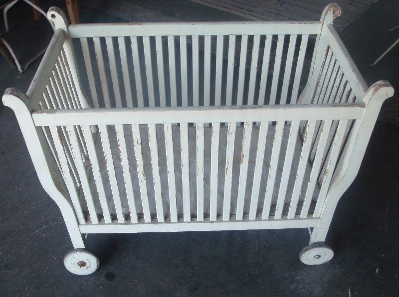 antikes holz kinderbett babybett mit r dern im orig shabby look ebay. Black Bedroom Furniture Sets. Home Design Ideas