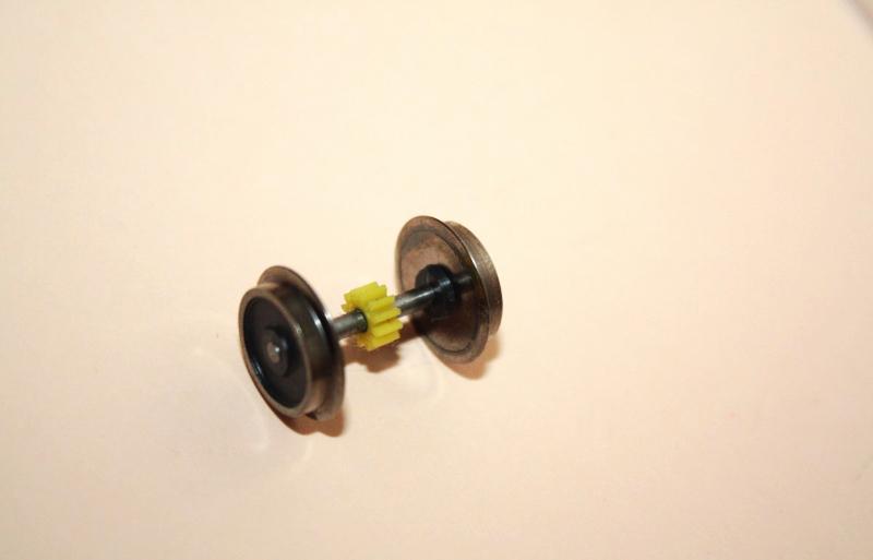 Ersatzteil Roco 215 / 218  Radsatz m. gelben mittigem Zahnrad ohne Haftreifen