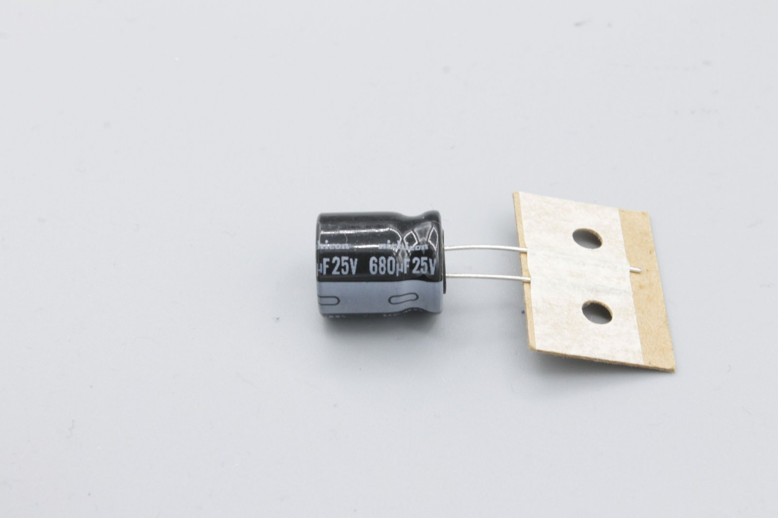 Elko 680µ 25V radial