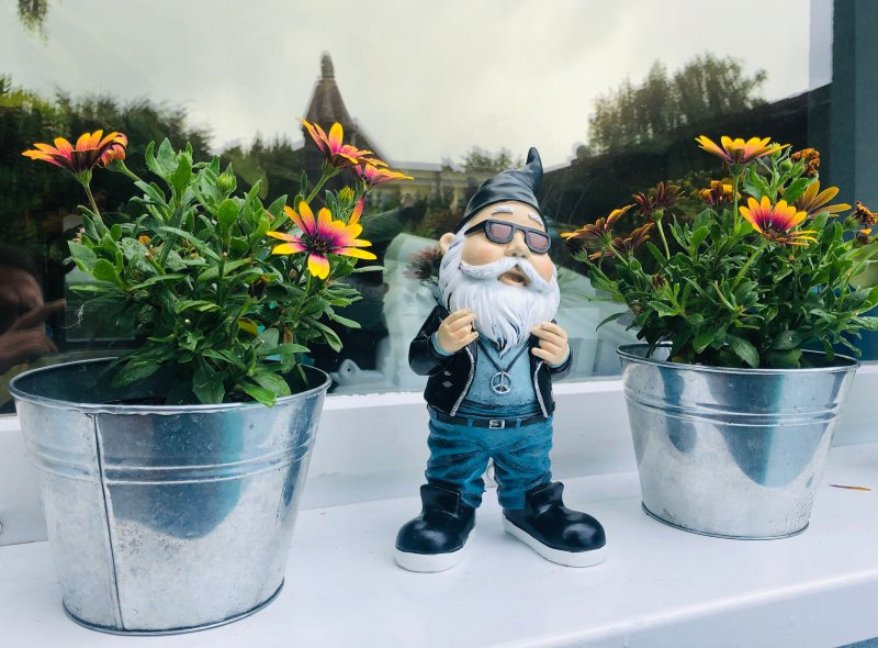 Gartenzwerg Rocker Hipster mit Peace Kette handbemalt und wetterfest Rap Figur