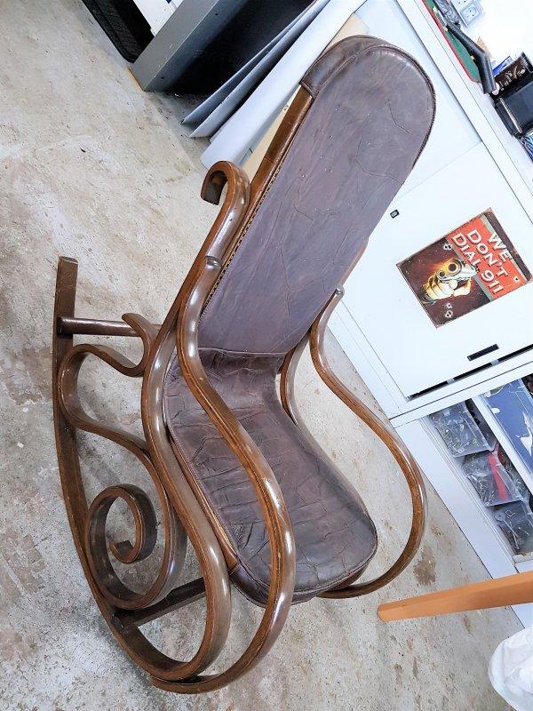 Alter schaukelstuhl mit lederauflage im klassischem thonet for Alter mann im schaukelstuhl