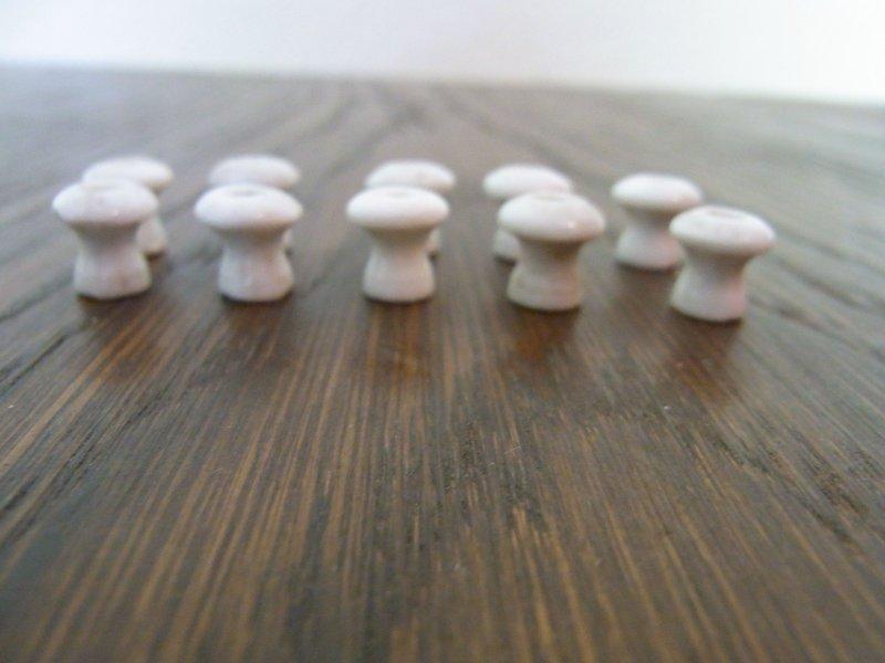 10 alte Porzellan-Knöpfe für Kaufladen Kaufmannsladen 1x1cm lang